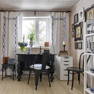 モスクワのシャビーシック調のおしゃれな書斎 (白い壁、淡色無垢フローリング、自立型机) の写真