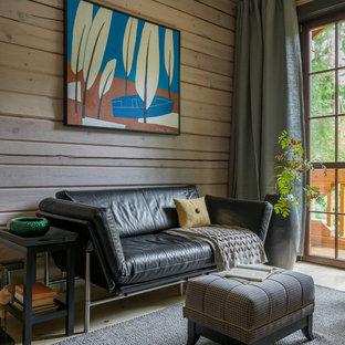 Пример оригинального дизайна интерьера: кабинет среднего размера в стиле кантри с библиотекой, бежевыми стенами, светлым паркетным полом и бежевым полом
