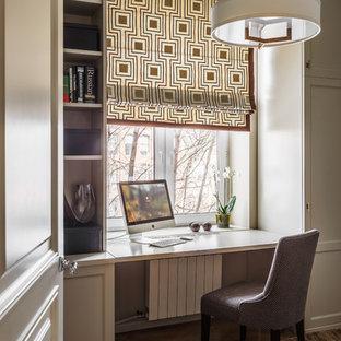 Стильный дизайн: маленькое рабочее место в стиле современная классика с серыми стенами, паркетным полом среднего тона и встроенным рабочим столом - последний тренд
