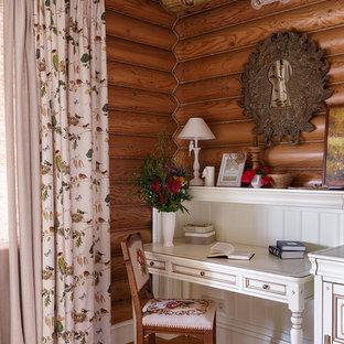 Пример оригинального дизайна: маленькое рабочее место в стиле рустика с паркетным полом среднего тона и встроенным рабочим столом