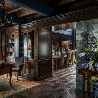 Пример оригинального дизайна: рабочее место в стиле фьюжн с темным паркетным полом, отдельно стоящим рабочим столом и коричневым полом
