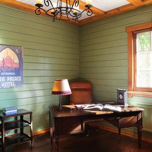 モスクワのカントリー風おしゃれな書斎 (緑の壁、濃色無垢フローリング、自立型机、茶色い床) の写真