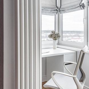 На фото: маленький кабинет в современном стиле с разноцветными стенами, полом из винила, бежевым полом и отдельно стоящим рабочим столом