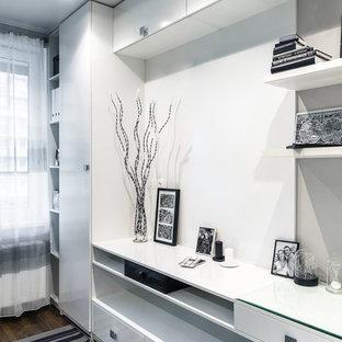 サンクトペテルブルクの小さいコンテンポラリースタイルのおしゃれな書斎 (グレーの壁、ラミネートの床、造り付け机、茶色い床) の写真