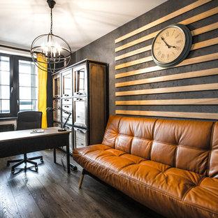 Неиссякаемый источник вдохновения для домашнего уюта: рабочее место в стиле лофт с серыми стенами, темным паркетным полом и отдельно стоящим рабочим столом
