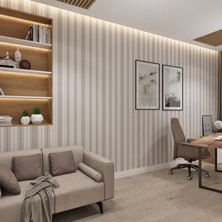 Modelo de despacho papel pintado, tradicional renovado, de tamaño medio, papel pintado, sin chimenea, con paredes grises, suelo laminado, escritorio independiente, suelo marrón y papel pintado