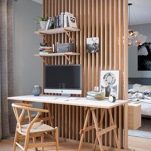Imagen de despacho clásico renovado con suelo de madera clara, escritorio independiente y suelo beige