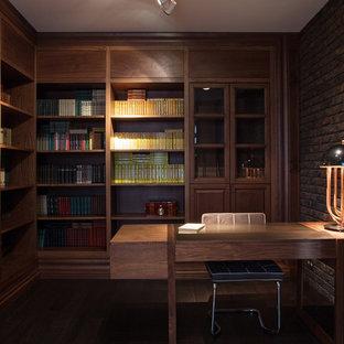 Inspiration för mycket stora moderna hemmabibliotek, med bruna väggar, ett fristående skrivbord, laminatgolv och brunt golv