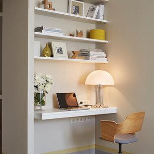 Неиссякаемый источник вдохновения для домашнего уюта: рабочее место в современном стиле с бежевыми стенами, светлым паркетным полом и встроенным рабочим столом