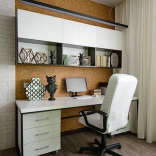 Inredning av ett modernt mellanstort hemmabibliotek, med vita väggar, vinylgolv, ett fristående skrivbord och beiget golv