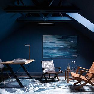 Idee per uno studio minimal con pareti blu, parquet scuro, scrivania autoportante e pavimento marrone