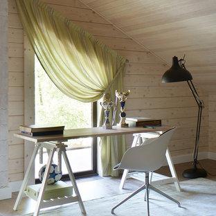 Неиссякаемый источник вдохновения для домашнего уюта: рабочее место в современном стиле с бежевыми стенами, светлым паркетным полом и отдельно стоящим рабочим столом