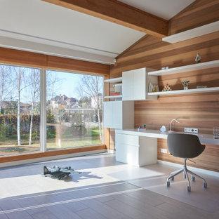 Пример оригинального дизайна: кабинет в современном стиле с коричневыми стенами, встроенным рабочим столом и бежевым полом