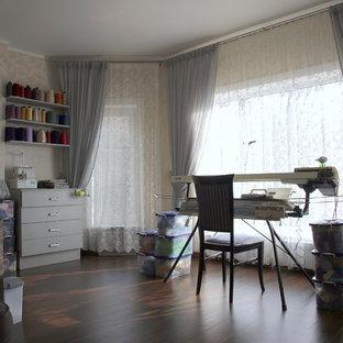 モスクワのコンテンポラリースタイルのおしゃれなクラフトルーム (グレーの壁、ラミネートの床、自立型机) の写真