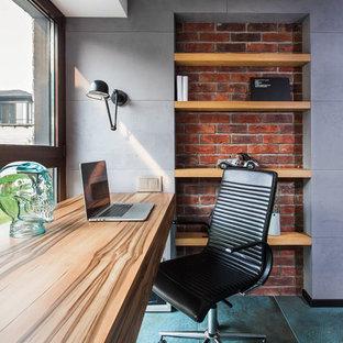 Inredning av ett modernt litet hemmabibliotek, med ett inbyggt skrivbord, grå väggar och turkost golv