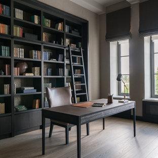 Удачное сочетание для дизайна помещения: рабочее место в стиле современная классика с бежевыми стенами, светлым паркетным полом, отдельно стоящим рабочим столом и бежевым полом - самое интересное для вас