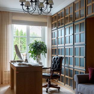 На фото: рабочее место в стиле неоклассика (современная классика) с бежевыми стенами, светлым паркетным полом, отдельно стоящим рабочим столом и бежевым полом с