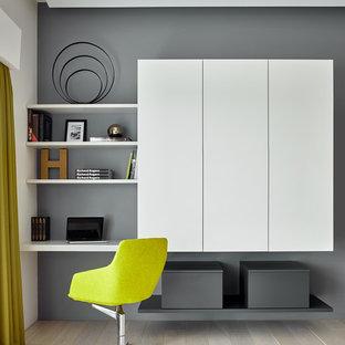 Идея дизайна: кабинет в современном стиле с серыми стенами, светлым паркетным полом, встроенным рабочим столом и бежевым полом