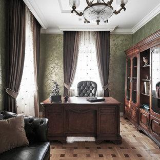 Идея дизайна: кабинет в классическом стиле с зелеными стенами и коричневым полом