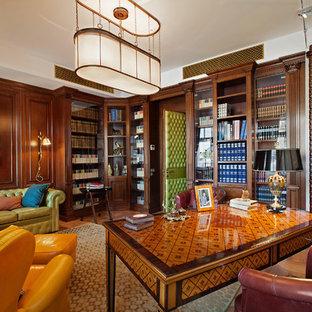 Esempio di un ufficio classico di medie dimensioni con pareti marroni, scrivania autoportante, stufa a legna, pavimento in legno massello medio e cornice del camino piastrellata
