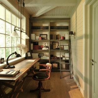 モスクワの小さいコンテンポラリースタイルのおしゃれなホームオフィス・書斎 (ライブラリー、ベージュの壁、淡色無垢フローリング、自立型机、ベージュの床) の写真