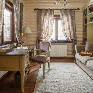 Неиссякаемый источник вдохновения для домашнего уюта: рабочее место среднего размера в классическом стиле с бежевыми стенами, паркетным полом среднего тона, отдельно стоящим рабочим столом и коричневым полом