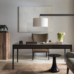 Свежая идея для дизайна: рабочее место в современном стиле с бежевыми стенами, светлым паркетным полом, отдельно стоящим рабочим столом и бежевым полом - отличное фото интерьера