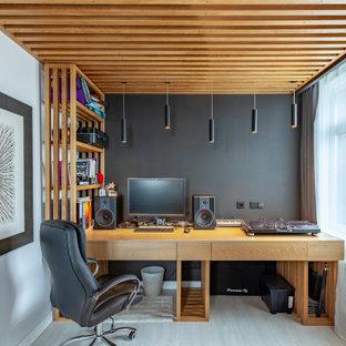Пример оригинального дизайна: кабинет среднего размера в современном стиле с серыми стенами, светлым паркетным полом, отдельно стоящим рабочим столом, бежевым полом и деревянным потолком