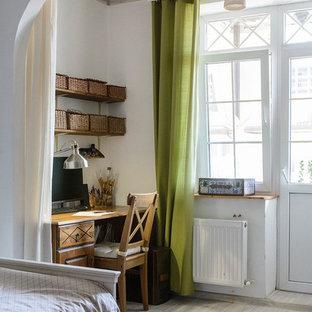 他の地域の中くらいの地中海スタイルのおしゃれなアトリエ・スタジオ (白い壁、ラミネートの床、自立型机、グレーの床) の写真
