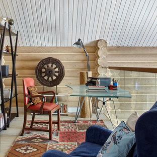 На фото: кабинет в стиле кантри с светлым паркетным полом, отдельно стоящим рабочим столом, бежевым полом и бежевыми стенами с