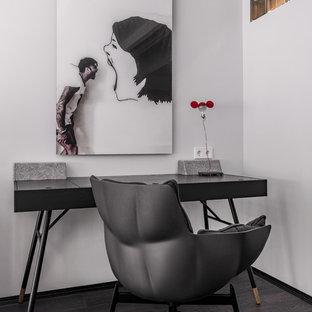 Новые идеи обустройства дома: рабочее место в современном стиле с белыми стенами, темным паркетным полом, отдельно стоящим рабочим столом и черным полом