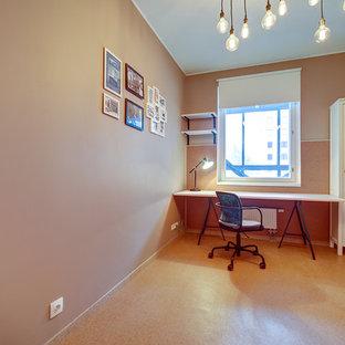 Cette image montre un petit bureau nordique avec un mur beige, un sol en liège et un bureau indépendant.