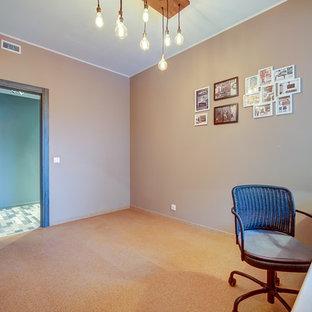 Inspiration pour un bureau nordique de taille moyenne avec un mur beige, un sol en liège et un bureau indépendant.