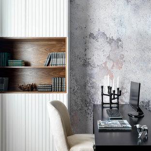 モスクワのトランジショナルスタイルのおしゃれなホームオフィス・書斎 (グレーの壁、コルクフローリング、自立型机) の写真