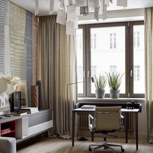 Idéer för funkis arbetsrum, med flerfärgade väggar, ljust trägolv, ett fristående skrivbord och beiget golv