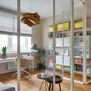 Inspiration pour un bureau nordique avec un mur beige, un sol en bois peint, un bureau indépendant et un sol marron.