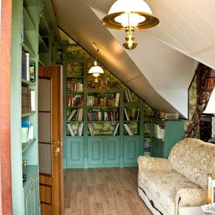 他の地域の中くらいのカントリー風おしゃれなホームオフィス・書斎 (ライブラリー、緑の壁、無垢フローリング、自立型机、茶色い床) の写真