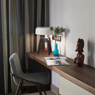 Стильный дизайн: рабочее место в современном стиле с белыми стенами и бежевым полом - последний тренд