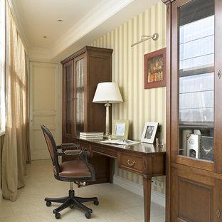 Неиссякаемый источник вдохновения для домашнего уюта: маленькое рабочее место в классическом стиле с полом из керамической плитки, отдельно стоящим рабочим столом и бежевыми стенами