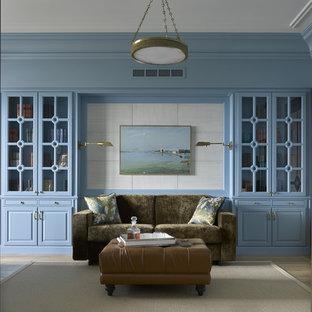 Создайте стильный интерьер: кабинет среднего размера в стиле современная классика с библиотекой, синими стенами, паркетным полом среднего тона и бежевым полом без камина - последний тренд