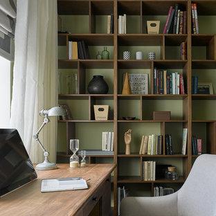 Idée de décoration pour un bureau tradition avec un mur vert et un bureau indépendant.