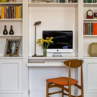 На фото: маленькое рабочее место в стиле современная классика с белыми стенами, паркетным полом среднего тона и встроенным рабочим столом с