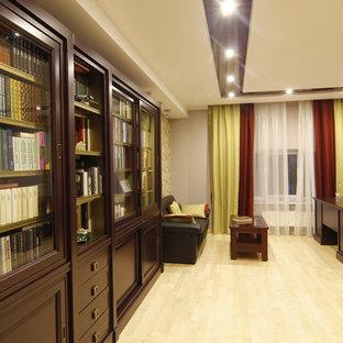 Foto di un ufficio bohémian di medie dimensioni con pareti grigie, parquet chiaro, scrivania autoportante e pavimento beige