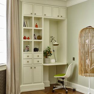 モスクワのトランジショナルスタイルのおしゃれな書斎 (無垢フローリング、造り付け机、茶色い床、グレーの壁) の写真