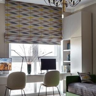 Пример оригинального дизайна: рабочее место в современном стиле с бежевыми стенами и встроенным рабочим столом