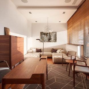Пример оригинального дизайна: рабочее место среднего размера в современном стиле с белыми стенами, паркетным полом среднего тона, отдельно стоящим рабочим столом и коричневым полом