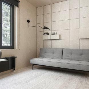 小さいおしゃれなホームオフィス・書斎 (ライブラリー、ベージュの壁、塗装フローリング、自立型机、ベージュの床) の写真