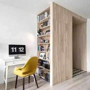 Immagine di un piccolo studio scandinavo con pareti bianche, pavimento in laminato e pavimento grigio