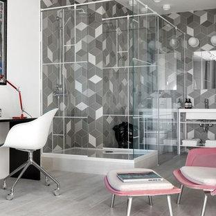 На фото: кабинет в современном стиле с серым полом, белыми стенами и отдельно стоящим рабочим столом