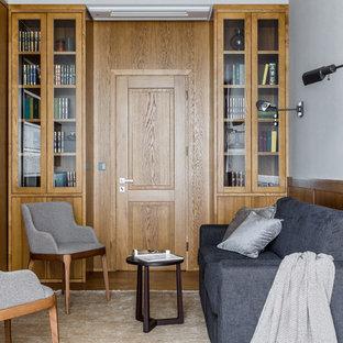 Esempio di uno studio contemporaneo di medie dimensioni con libreria, pareti grigie, pavimento in laminato e pavimento marrone